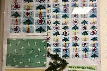 Děti ze škol a školek vyráběly vánoční papír.