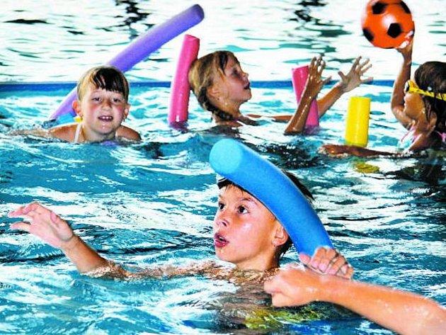 VODA JE PŘÍTEL. Každý den táboření v plaveckém bazénu se děti naučí něco nového a voda je jim stále větším přítelem. Na konci týdne tak budou všichni plavat jako delfíni.