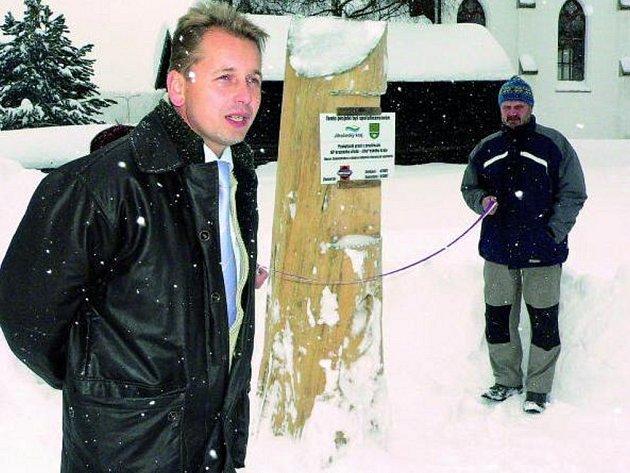 VELKÁ SLÁVA. Na Kvildě včera Václav Vostradovský (vlevo) slavnostně otevřel nové sportovní hřiště. To je v současné době pod více než půlmetrovou vrstvou sněhu. Hrát se zde bude až na jaře.