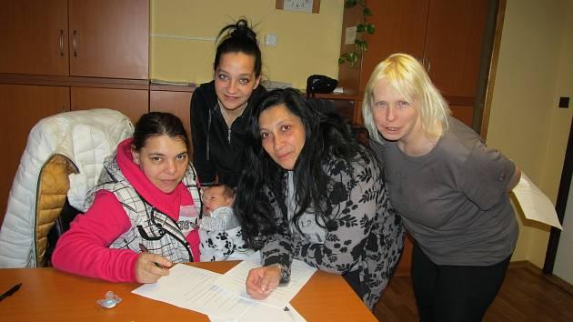V polovině měsíce března se maminky společně sešly a povídaly si o tom, jaké jsou maminky, v čem by se chtěly zlepšit nebo co se jim naopak daří ve výchově jejich dětí.