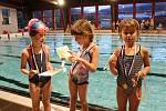O perníkového kapra plavaly děti v prachatickém plaveckém bazénu.