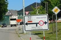 Na uzavírku mostu upozorňují značky dostatečně nejen v Prachaticích, ale i ve Volarech. Přesto se někteří řidiči nákladních aut pouštějí za dobrodružstvím.