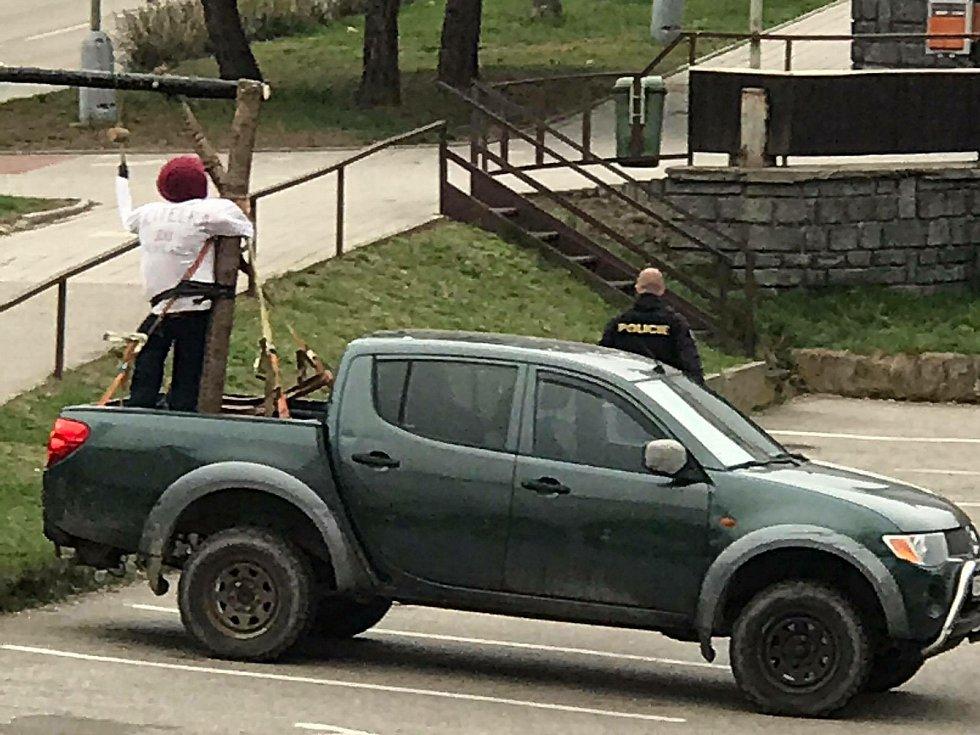 Auto s šibenicí zaparkované na parkovišti u prachatické pošty v pondělí 12. dubna vzbudilo pořádný rozruch.