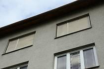 Provizorně opravená okna.