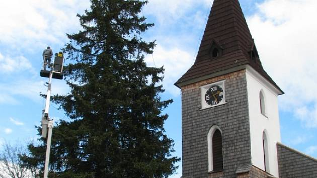 Donedávna nejvyšší živý vánoční strom v Kvildě neshodí vánoční osvětlení ani přes léto.