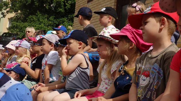Děti byly překvapené, když na ně venku čekaly hned tři pohádky.