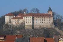 Ani fakt, že je vimperský zámek od července 2010 zapsán na seznam národních kulturních památek neznamená, že se sem peníze jen pohrnou.