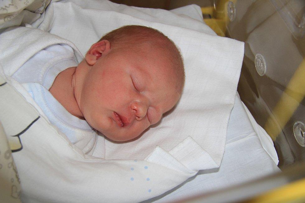 JAKUB VÁGNER, ČKYNĚ. Narodil se v úterý 26. listopadu ve 4 hodiny a 3 minutyv prachatické porodnici. Vážil 3700 gramů. Rodiče: Kristýna Šimordová a Roman Vágner.