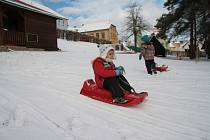 K zimním radovánkám stačí dětem málo. Na větší příděl sněhu zatím stále jen čekají.
