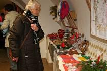 Prachatičtí senioři nabízejí vánoční zboží na prodejní výstavě v Muzeu české loutky a cirkusu.