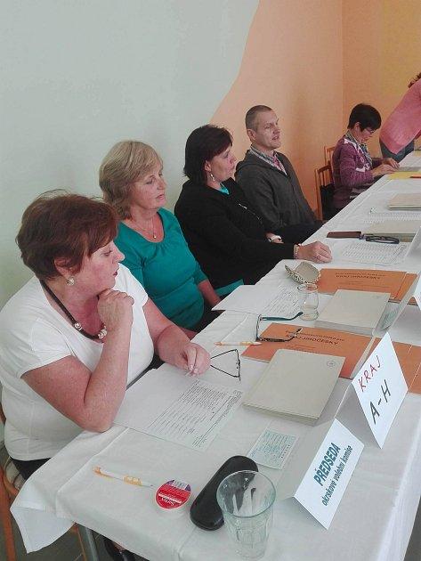 Volební komise Pod Hradbami vPrachaticích spředsedkyní Marii Proškovou je připravena na první voliče.