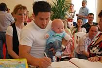 Prvním letošním občánkem Vimperka je dominik Vinš, na snímku s tatínkem Davidem.