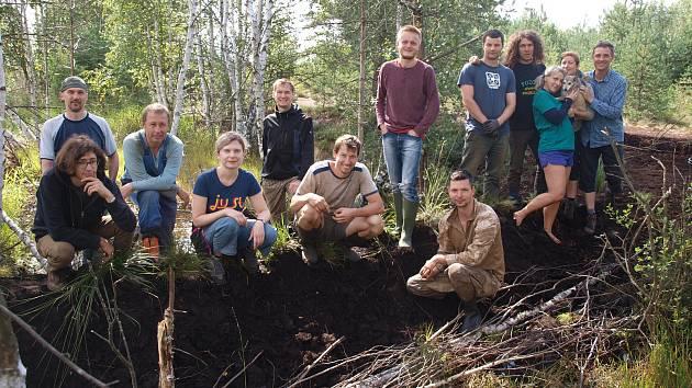 Skupina dobrovolníků, kteří na rašeliništi pomáhali.