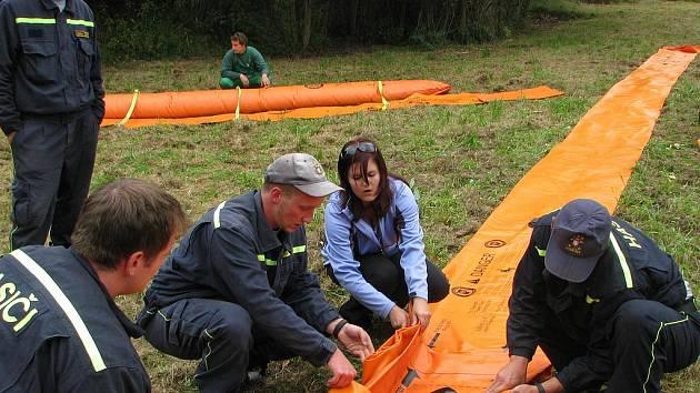 Velitelé a strojníci dobrovolných hasičů se školili v polních podmínkách
