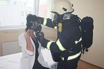 Pacienty na lůžkách nahradili pro cvičení zaměstnanci nemocnice.
