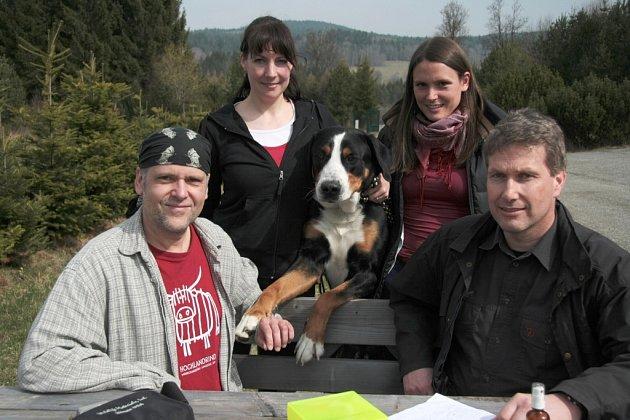 Tým, který se podílel na pětiletém přeshraničním výzkumu rysa na Šumavě. Zleva: Luděk Bufka, Kristina Daniszová, Carlos – velký švýcarský salašnický pes, který pomáhal s vyhledáváním části genetického materiálu, Elisa Belotti a Marco Heurich.