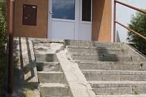 Než rozhodne soud, čí vlastně schody jsou, možná se rozpadnou úplně.