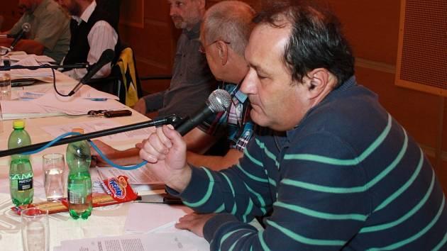 Zastupitel Petr Bednarčík oznámil v pondělí na začátku jednání zastupitelstva svou rezignaci na post radního. Složit mandát se rozhodl k prvnímu lednu tohoto roku, ve funkci působil od 19. listopadu 2012.