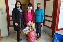 dobrovolníci z Chrobolska ušili tři tisícovky roušek pro sousedy či nemocnici. Jedna z posledních zásilek putovala do Základní školy ve Vodňanské ulici v Prachaticích, kde je převzala Libuše Nováková (uprostřed) od Olgy Klementové (vlevo) a Michaely Karvá