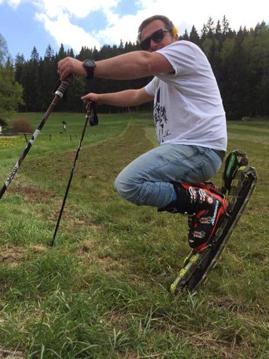 Instruktor lyžování Vojtěch Toušl si pronajal areál Nad Kovárnou v Horní Vltavici a provozuje tam lyžování na trávě. Zkusit to může každý.