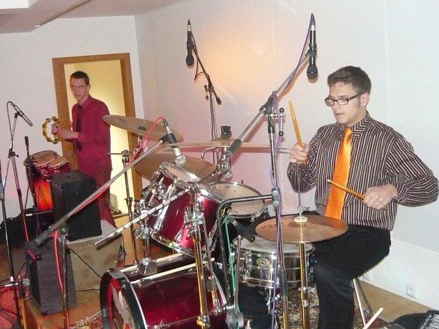 Příznivci rockové hudby si přišli v pátek 17. dubna v sále Národního domu v Prachaticích na své.