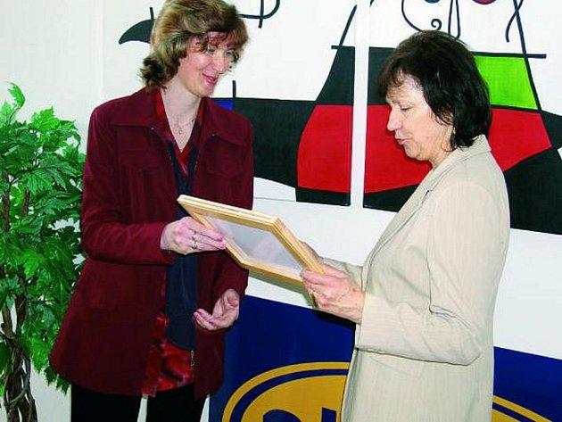 SYMBOLICKÝ ŠEK. Ředitelka Dětského domova Žíchovec Irena Daňková (vpravo) převzala šek od Marie Hrdinové.