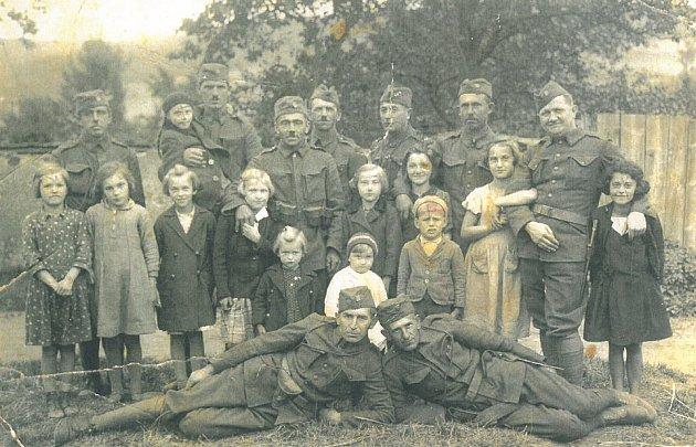 Vojáci se při mobilizaci v roce 1938 scházeli ve škole ve Vodňanské ulici. Vyfotografovali se s žáky šesté třídy. V pozadí je vidět plot bývalé nemocnice.