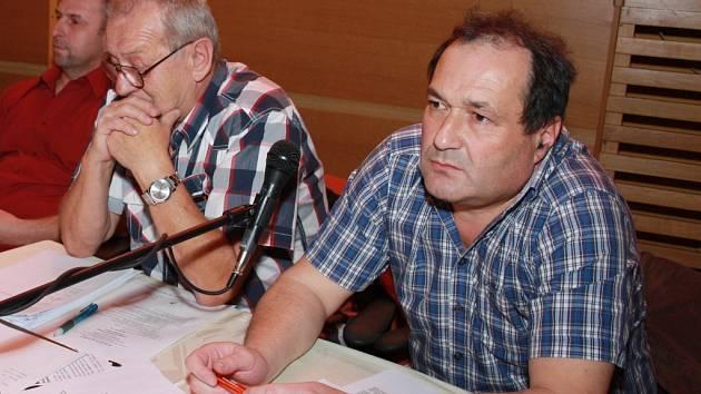 Zastupitel Vimperku Petr Bednarčík (vpravo) pracuje od prvního prosince na ministerstvu vnitra. Kvůli tomu musel skončit s podnikáním a nyní zvažuje, zda neuvolní i místo radního. To získal po odstoupení Luboše Drenčeniho loni 19. listopadu.