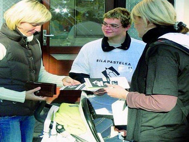 UMÉNÍ ŽÍT VE TMĚ. Včera se po celé České republice konala veřejná sbírka na podporu speciálních výukových programů nevidomých a slabozrakých.