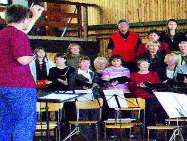 ZKOUŠKA. Zhruba dvě hodiny nacvičovaly sbory, které zavítaly do Vlachova Březí, na finální koncert.
