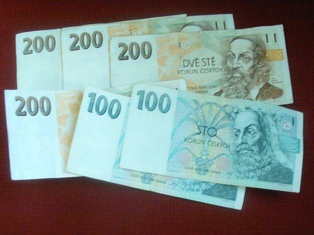 Dosud neznámý muž povalil ve Štěpánčině parku šedesátiletého staříka a ukradl mu z peněženky tisíc korun. Ilustrační foto.