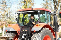 Couvání traktorů s vlekem v Šumavských Hošticích. Foto: Stanislav Falář