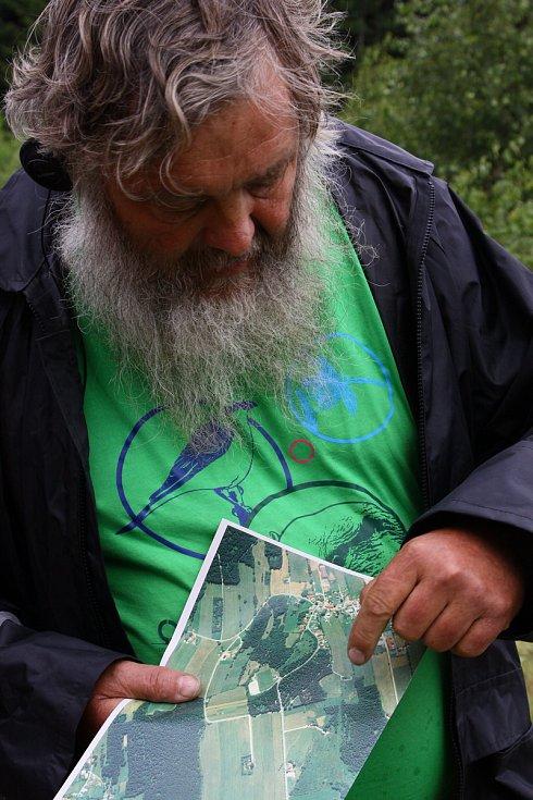 Karel Kleijn z BUND Naturschutz v Barovsku ukazuje, kde se bude revitalizovat jedno z rašelinišť na německé straně hranice.