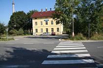 Křižovatka u vlakové zastávky na netolickém obchvatu.