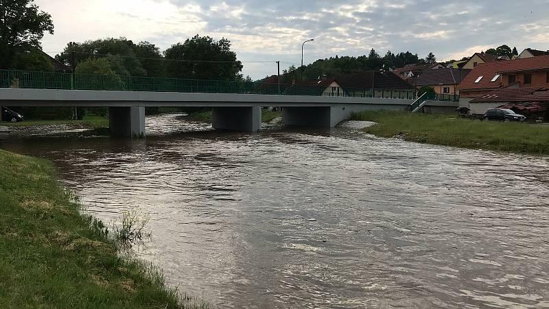 Z Lipovického potoka v Bukově se ve středu stala rozbouřená řeka.