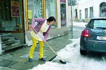 ZASNĚŽENÉ CHODNÍKY. Novým zákonem vznikne i nová povinnost pro města a obce. Ty se totiž budou muset v zimním období postarat o úklid chodníků.