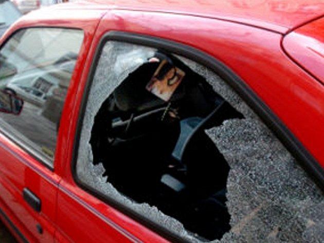 Žena, která hodila do zadního okna Toyoty Corolly kámen, způsobila škodu za sedmadvacet tisíc korun. Ilustrační foto.