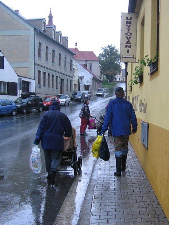 Noc strávili evakuovaní obyvatelé v penzionu.