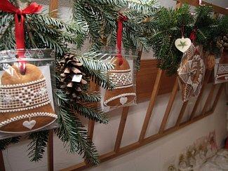 Městská organizace Svazu důchodců Prachatice připravila tradiční prodejní vánoční výstavu. Ve středu ji slavnostně zahájili spolu s pěveckým sborem Radostné přátelství. Výstava potrvá do tohoto pátku, ale opět platí, kdo dříve přijde, lépe si vybere.