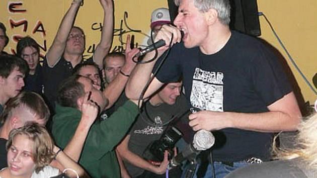 """GRIDE. Zpěvák """"Iny"""" při povedeném vystoupení skupiny v brněnském klubu v roce 2005."""