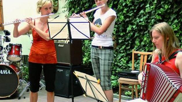 """TRADIČNĚ NA DVORKU. Žáci Základní umělecké školy v Prachaticích předvedli své umění na tradičním koncertu """"Na dvorku"""", který je spojen s výstavou děl žáků výtvarného oboru. Vystoupilo celkem jedenáct hudebních souborů."""