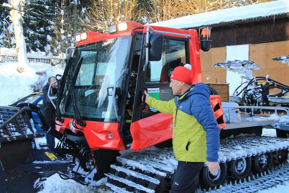 Luděk Švejda připravuje běžecké stopy v okolí Nové Pece už od roku 1991.