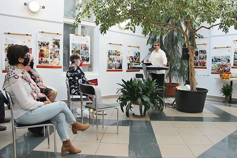 """Workshop """"Umění s postižením"""" se uskutečnil v Zimní zahradě Městského úřadu v Prachaticích a účastníkům zpíval nevidomý zpěvák Radek Žalud. Foto poskytla: Hanka Rabenhauptová"""