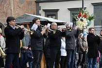 Zlatí trubači hráli v pravé poledne koledy na Velkém náměstí v Prachaticích.