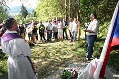Odhalení pomníku Bohumilu Hasilovi se zúčastnilo spolu s příbuznými desítky lidí.