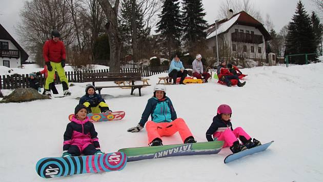 Sjezdovka na Fefrách byla v sobotu 23. ledna odpoledne plná sáňkařů či snowboardistů.