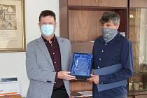 František Hodina (vpravo), ředitel společnosti Prima Agri PT, převzal ocenění pro Firmu roku 2020 na Prachaticku. Na snímku předsedou JHK Prachatice Václavem Franzem.