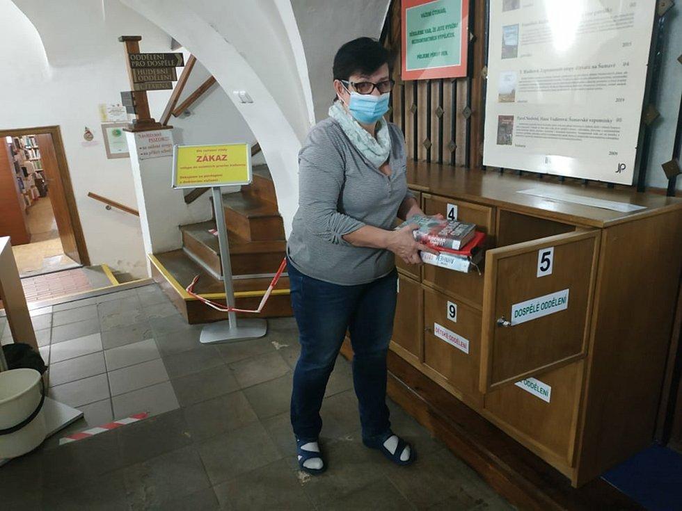 Objednané knihy ukládají knihovnice do skříněk, kde si je pak vyzvedávají čtenáři. Foto: Šárka Polatová, MěK