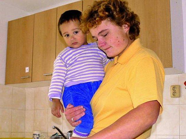 NEVZDAT SE. Maminka Blanka Jílková, která se nepřízní osudu dostala do azylového domu, připravuje oběd.