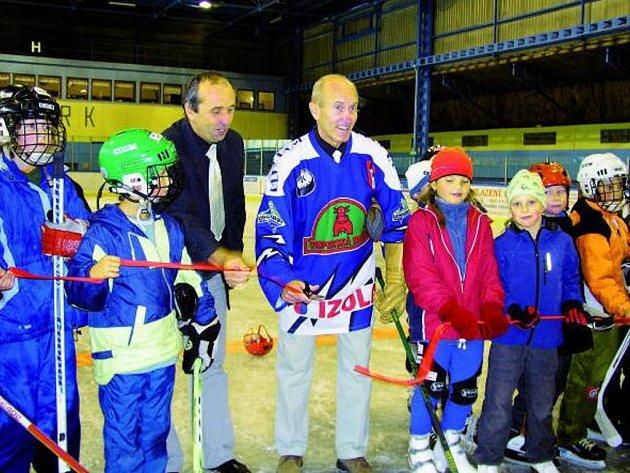 STADION JE V PROVOZU. Starosta Vimperka Pavel Dvořák (na snímku v dresu uprostřed) přišel do Vimperka v tom samém roce, kdy byl postaven tehdy nezastřešený stadion (viz malá fotografie). Včera 24. září ho po šestatřiceti letech slavnostně otevřel.